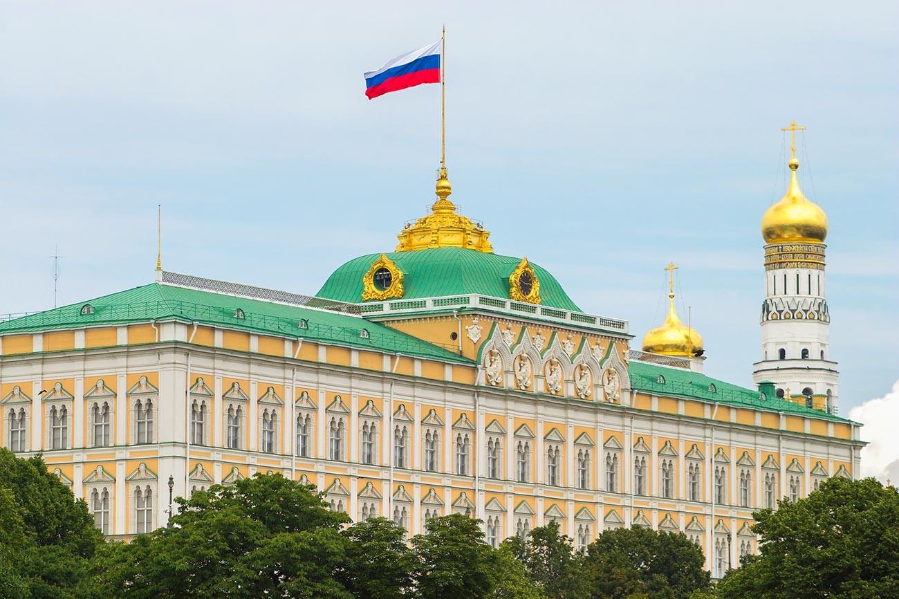 La bandiera russa sopra il Cremlino
