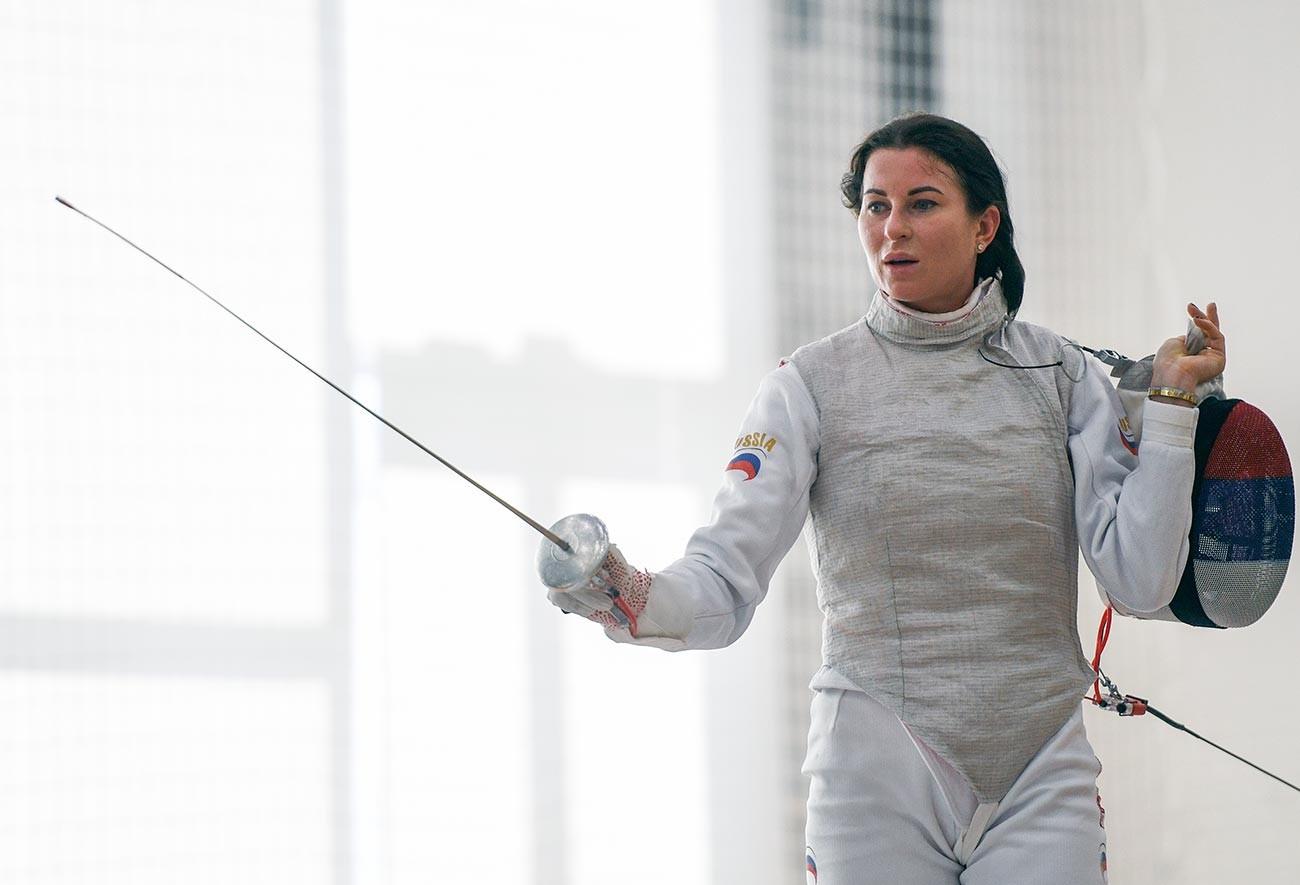 Инна Дериглазова в поединке личного первенства на рапирах среди женщин на чемпионате России по фехтованию в Новосибирске