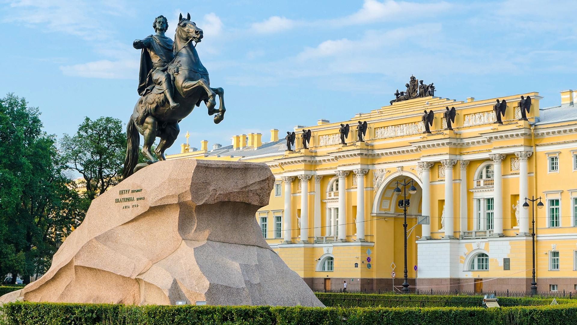 Patung Penunggang Kuda Perunggu, monumen Pyotr yang Agung
