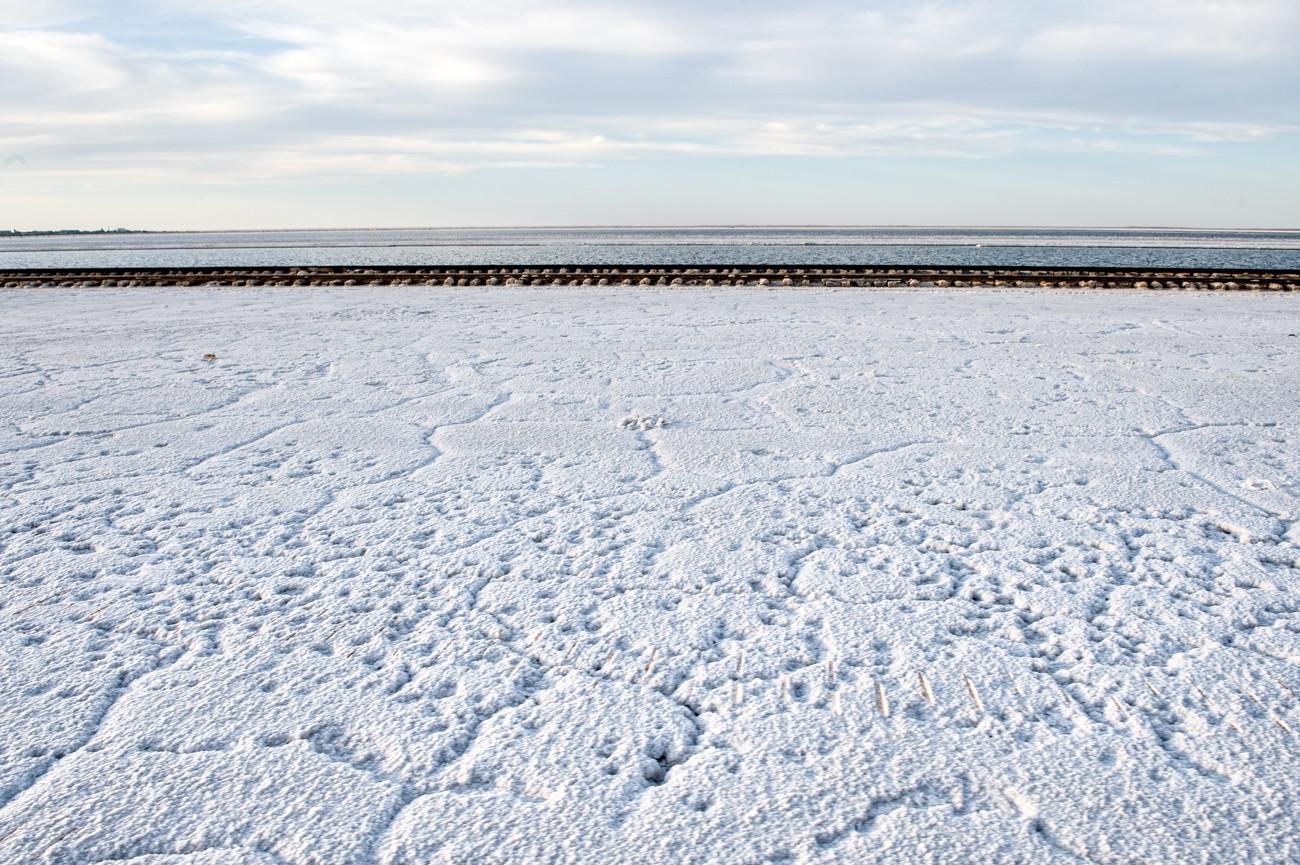 Le désert steppique qui entoure le lac rend le climat local particulièrement hostile. Il n'y a tout simplement aucun endroit où se cacher. Si vous allez au Baskountchak, préparez-vous donc à un fort soleil, à un vent chaud et salé et à l'absence d'ombre.