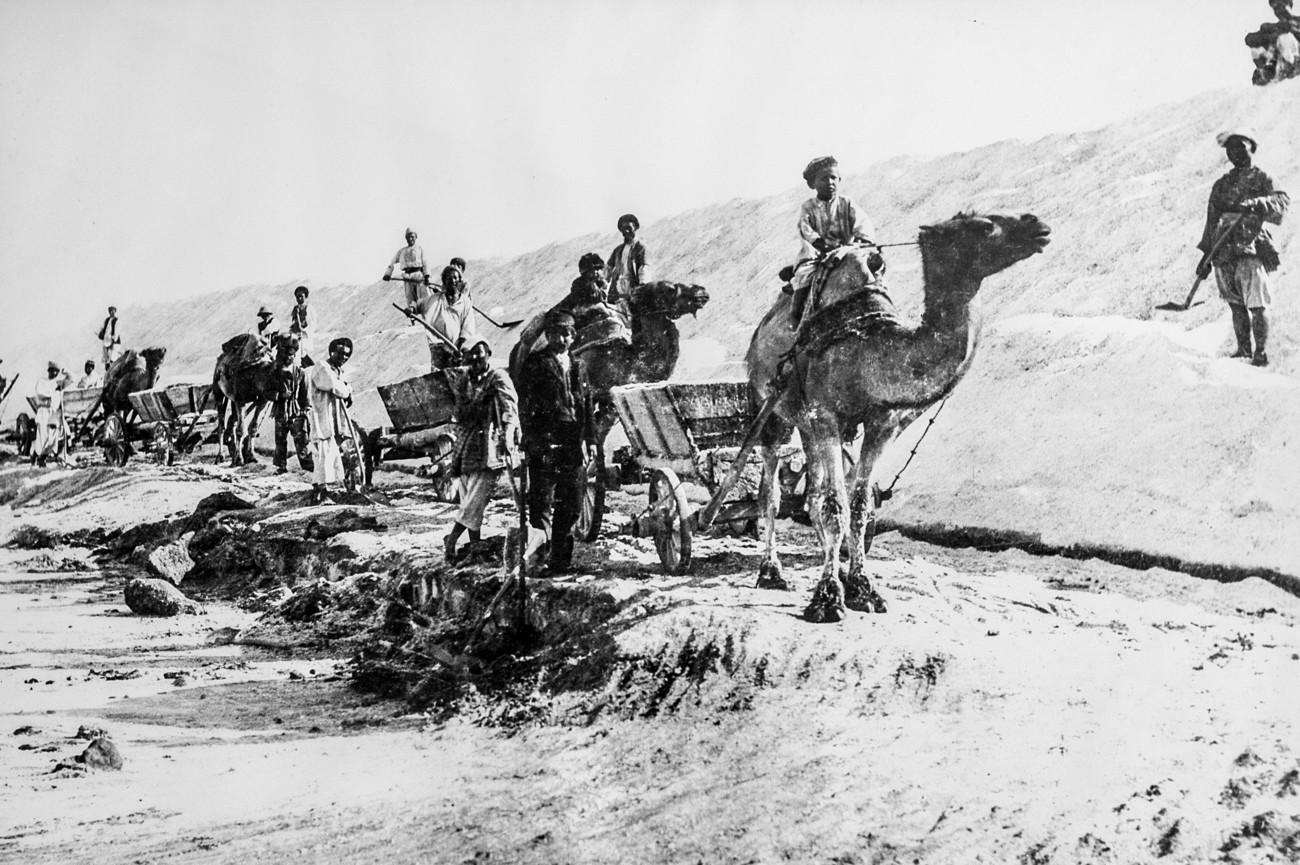 Depuis le VIIIe siècle, les gens y extraient du sel et l'acheminent sur la route de la soie vers l'Asie et l'Europe. Le lac a été mentionné pour la première fois dans des documents du VIIe siècle comme un lieu «où les gens cassent du sel aussi clair que la glace».