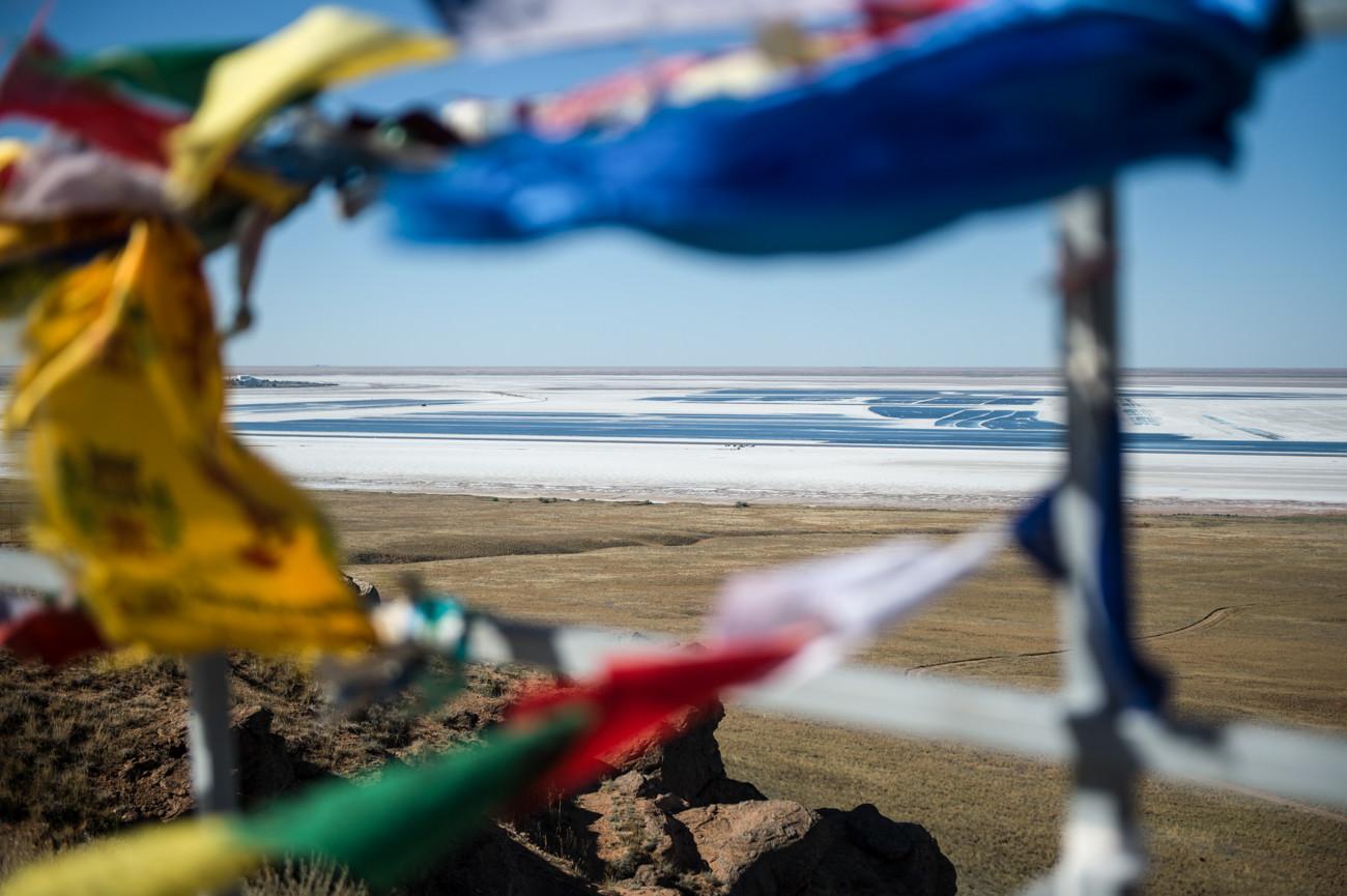 Au bord du lac Baskountchak se trouve le mont Bolchoïé Bogdo. Seule montagne de la dépression caspienne, elle est considérée comme sacrée par la population locale. On dit que le Bogdo aurait été consacré par le Dalaï Lama lui-même.