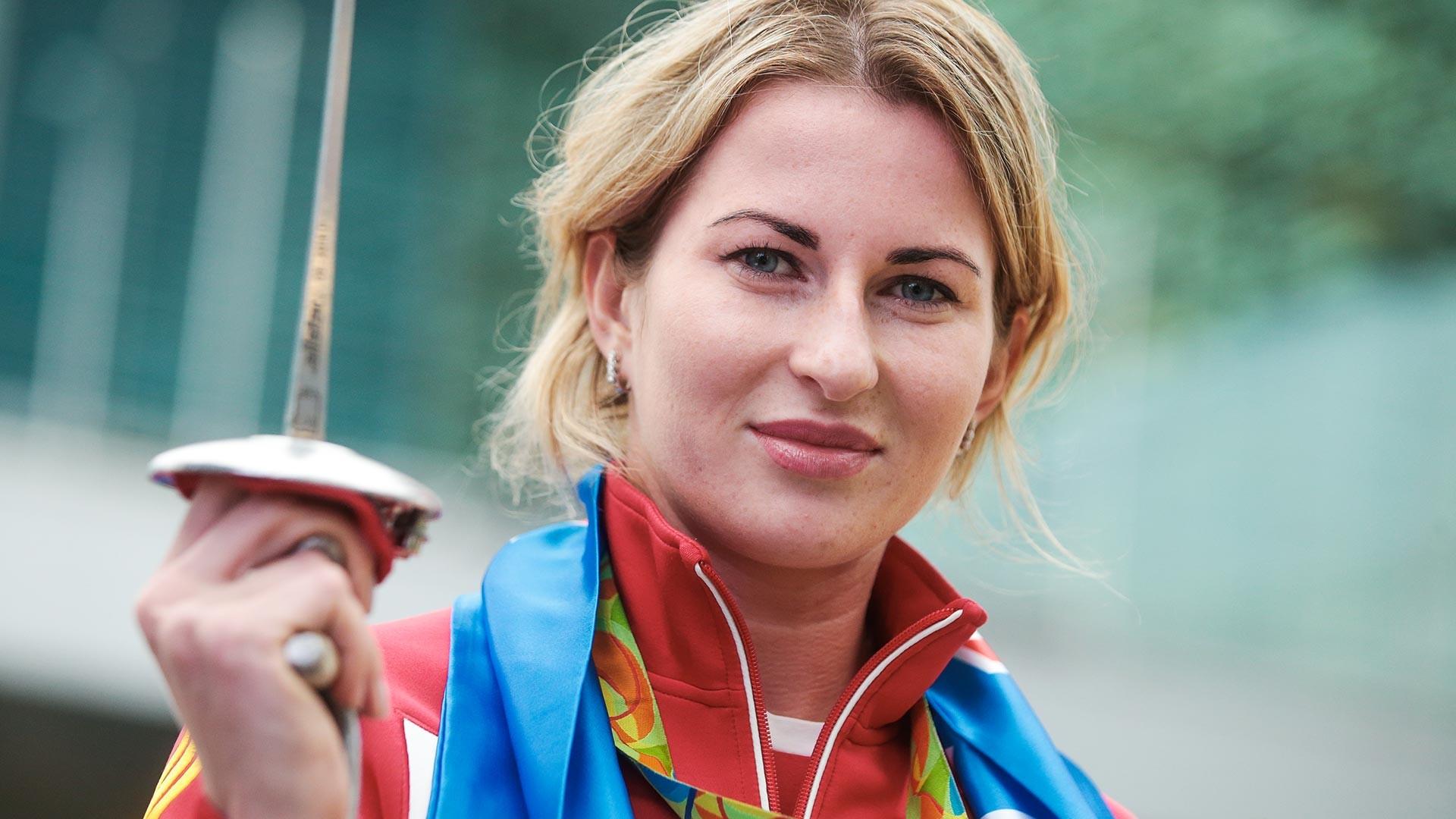 Inna Deriglazova à l'aéroport Cheremetievo après sa victoire au Jeux olympiques de Tokyo