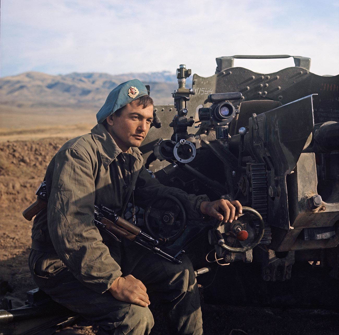 Un parachutiste soviétique sur la ligne de tir lors d'exercices militaires