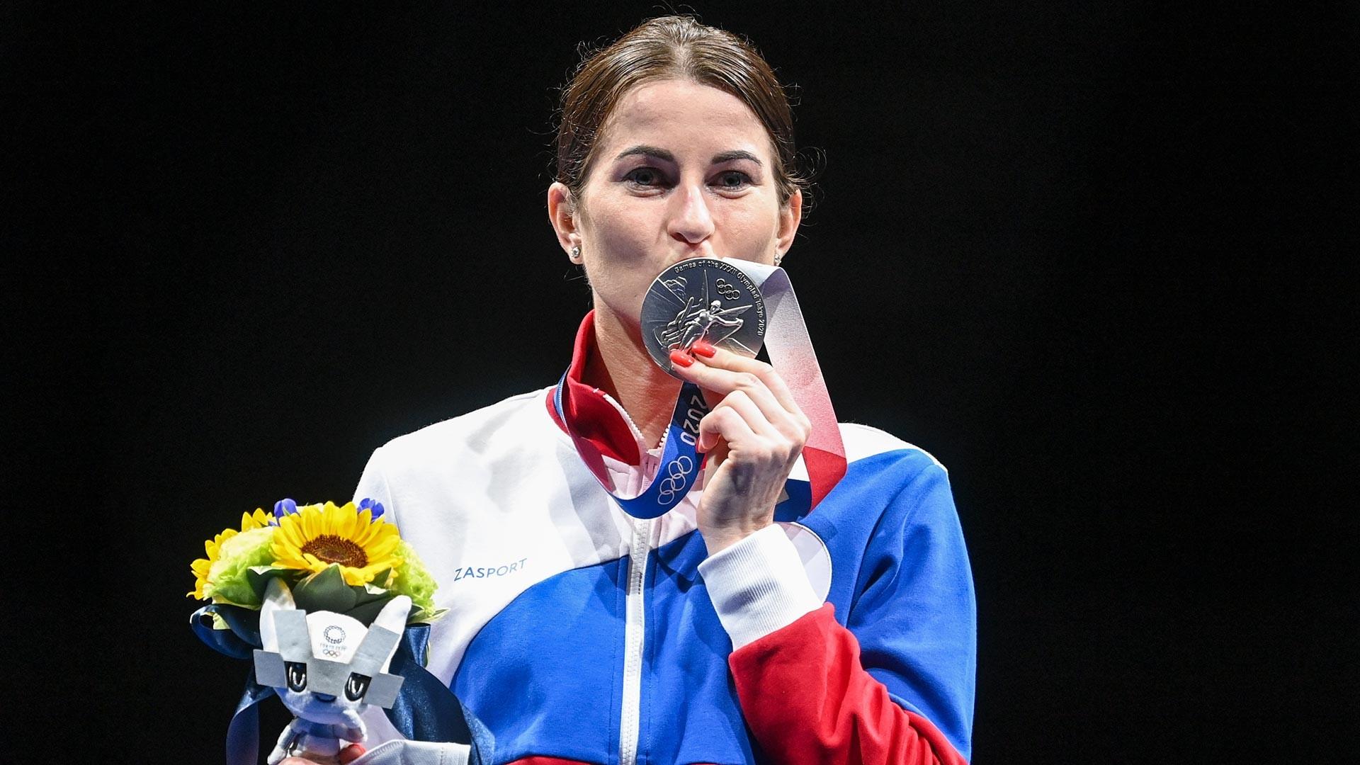 Atlet Rusia Inna Deriglazova, anggota tim nasional Rusia (tim ROC), memenangkan medali perak dalam pertandingan anggar putri pada Olimpiade Tokyo 2020.