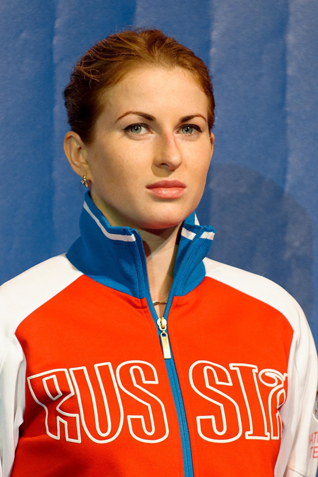 Atlet Rusia Inna Deriglazova berdiri di podium anggar putri pada Kejuaraan Anggar Dunia 2013 di Syma Hall, Budapest, 10 Agustus 2013.