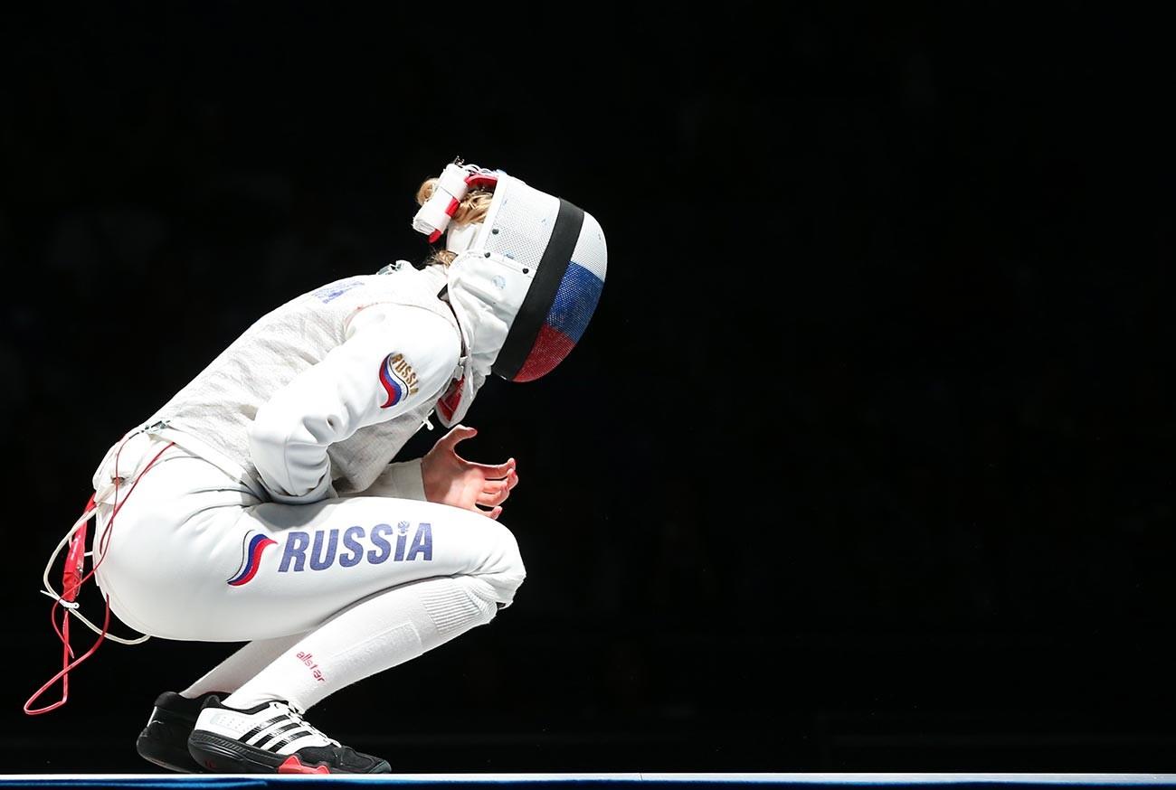 Inna Deriglazova saat berduel dengan Arianna Errigo asal Italia dalam Kejuaraan Anggar Dunia 2015 di Gelanggang Olahraga Olimpiade.