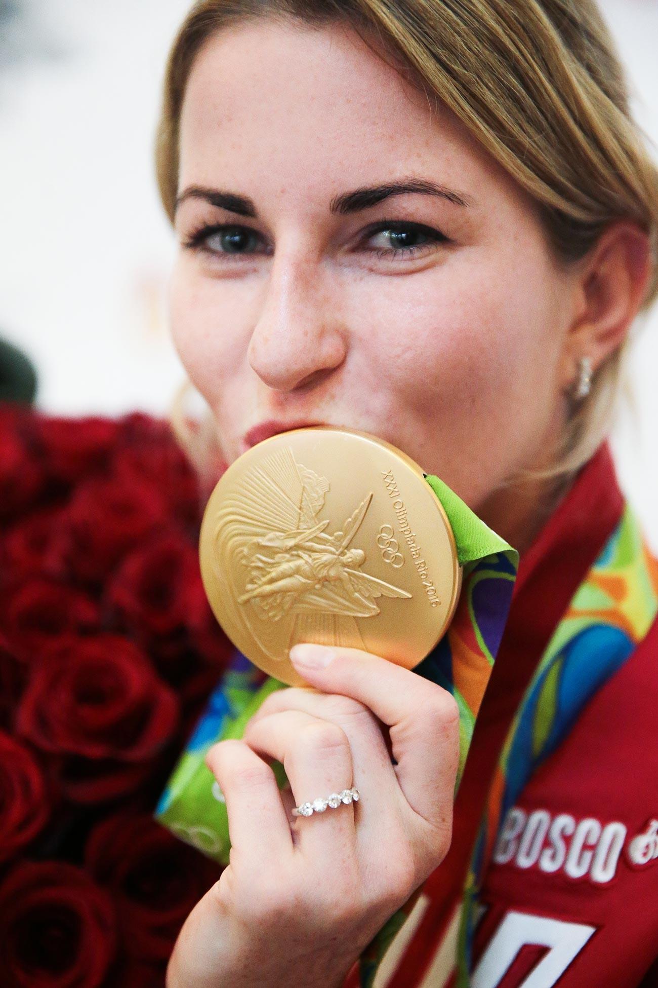 Juara Olimpiade Inna Deriglazova di Bandara Sheremetyevo, Moskow.