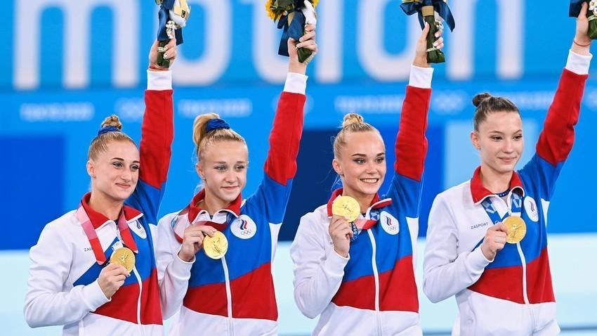 Na sliki od leve proti desni: dobitnice zlatih medalj finalnega tekmovanja ženskih ekip v umetniški gimnastiki na olimpijskih igrah v Tokiu 2020, članice Ruskega olimpijskega komiteja, Lilija Ahajmova, Viktorija Listunova, Angelina Melnikova in Vladislava Urazova