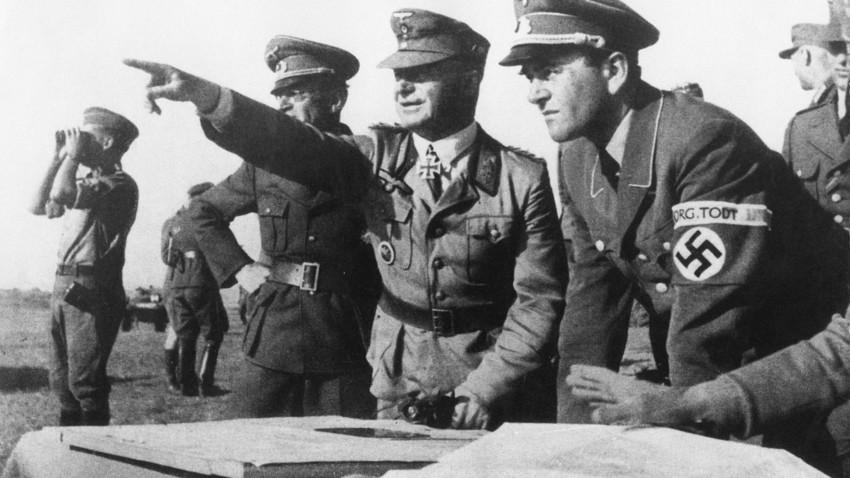 Ministro nazista de Armamentos e Produção de Guerra, Albert Speer, com oficiais do grupo paramilitar de engenharia da Organização Todt na Frente Oriental, 1943