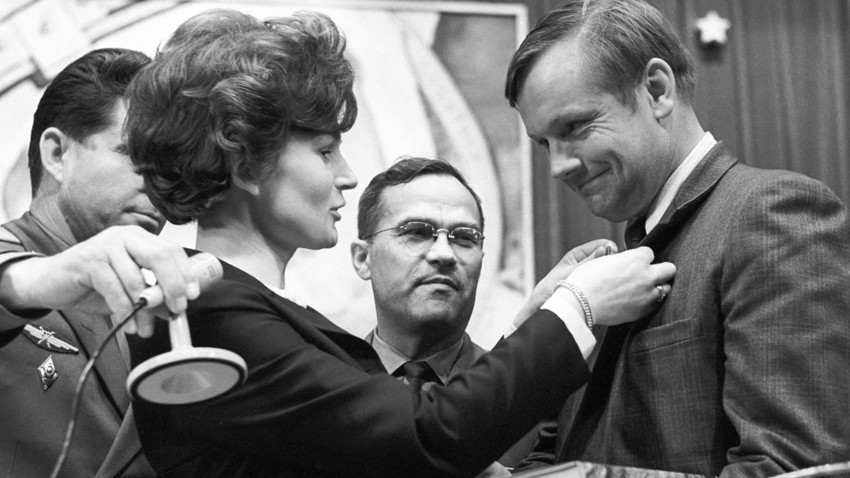 Valentina Tereshkova, prima donna nello spazio nel 1963, e Neil Armstrong