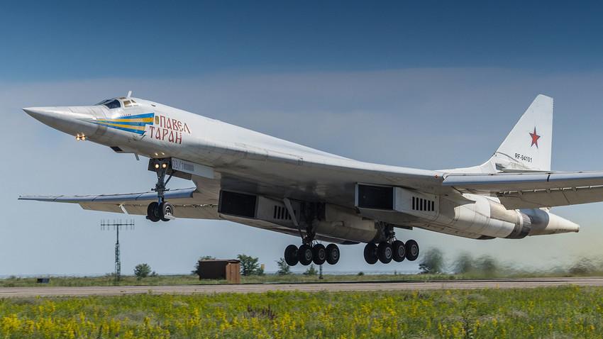 Pesawat pengebom strategis Tu-160.