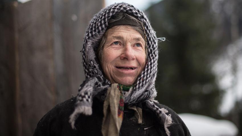Agafja Likova, puščavnica iz staroverske družine. Konec 1930-ih se je staroverska družina Likovih odpravila živeti v tajgo sredi Sajanskih gora, daleč proč od civilizacije. Sovjetski geologi so jih odkrili leta 1978. Agafja je edina preživela iz družine Likovih. Fotografija iz leta 2018.