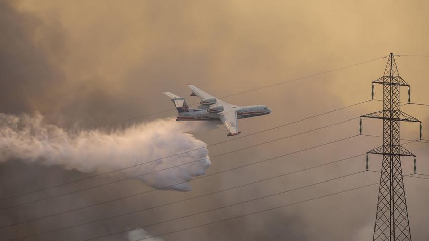 Pesawat amfibi Be-200 Rusia memadamkan kebakaran hutan di Turki.