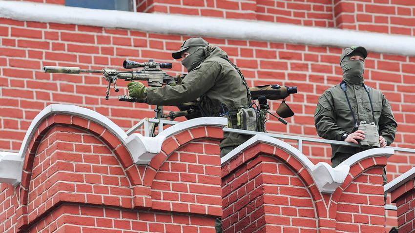 Atiradores de elite diante do muro do Kremlin de Moscou.