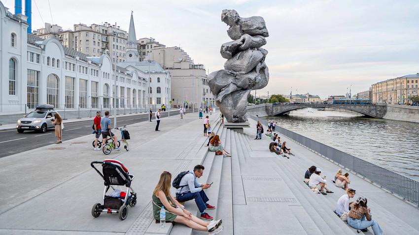 Patung 'Big Clay No.4' karya Urs Fischer di tanggul Bolotnaya, Moskow.