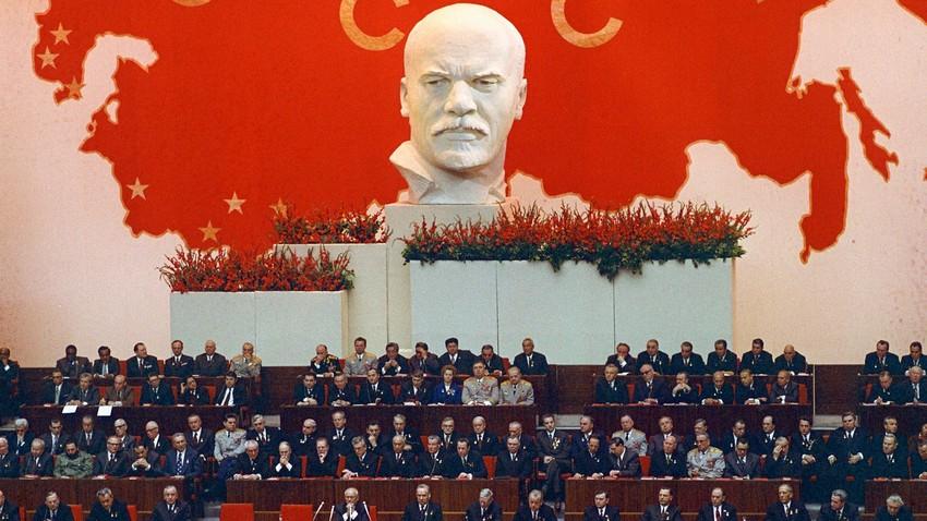 Pertemuan Komite Sentral Partai Komunis Uni Soviet (CPSU), Soviet Tertinggi Republik Sosialis Federasi Soviet Rusia (RSFSR), dan Soviet Tertinggi Uni Soviet, dalam rangka memperingati 50 tahun pembentukan Uni Soviet di Istana Kongres Kremlin, 21 Desember 1972.