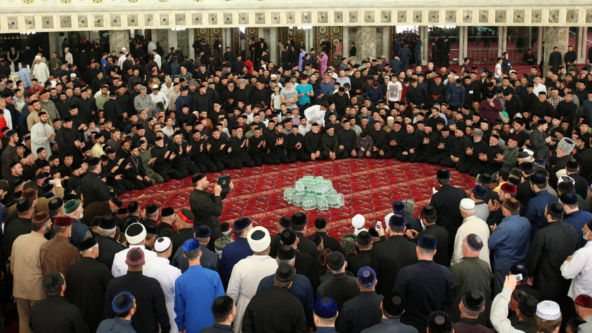 Warga Chechnya berzikir selama pembukaan Masjid Aymani Kadyrova di Kota Argun, Republik Chechnya, Rusia.