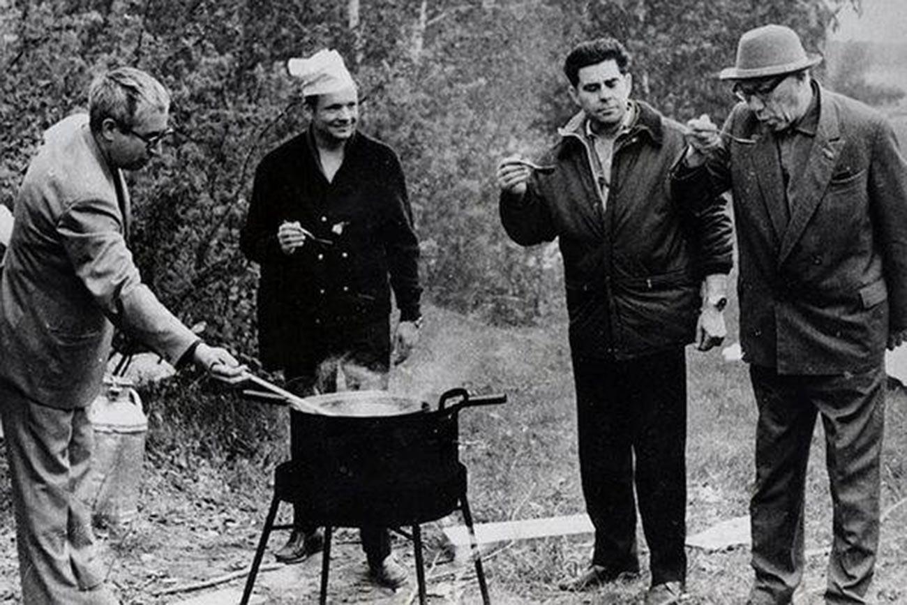 В Академическото градче, К.П. Феоктистов и Г.Т. Береговой, между тях – Нийл Армстронг