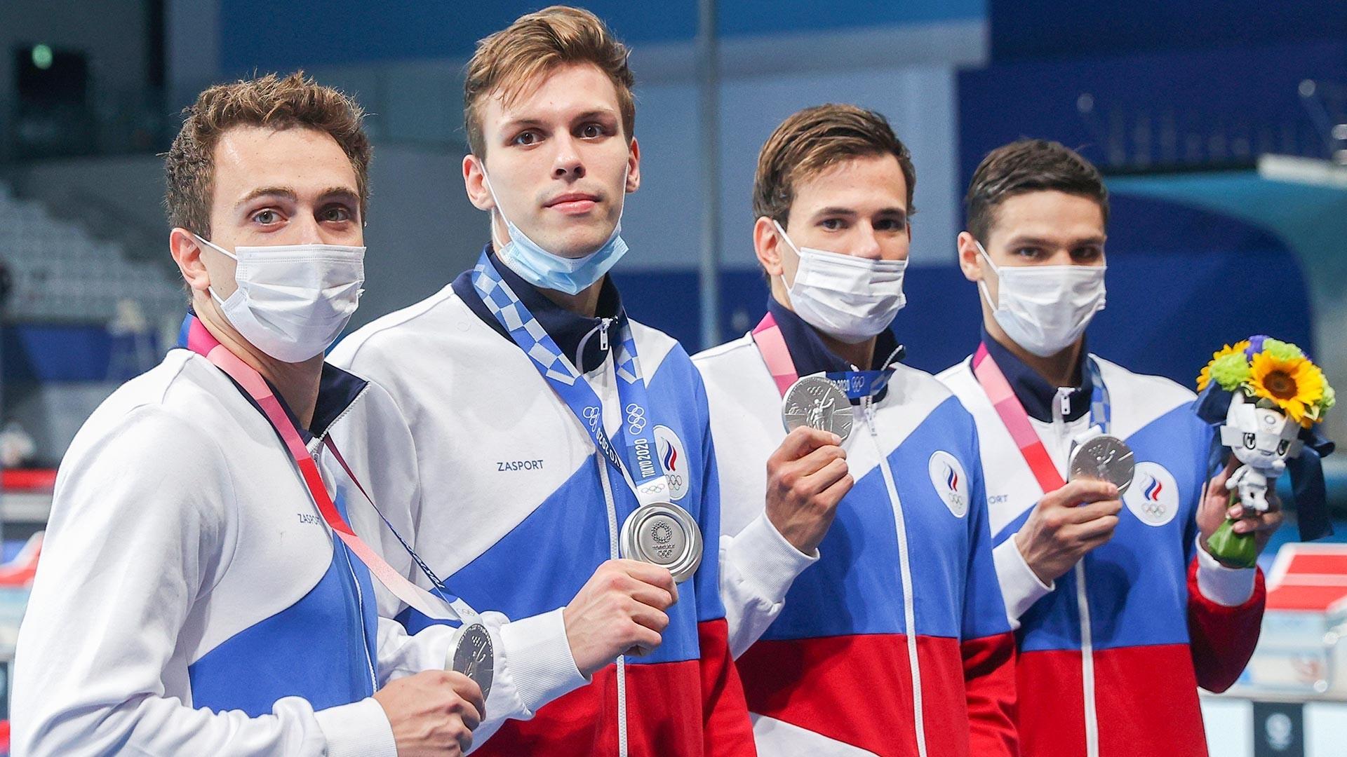 Plavalci Ruskega olimpijskega komiteja pozirajo s srebrnimi medaljami med zmagovalno slovesnostjo finala štafete v prostem slogu 4x200m za moške v Tokijskem centru za vodne športe med poletnimi olimpijskimi igrami 2020