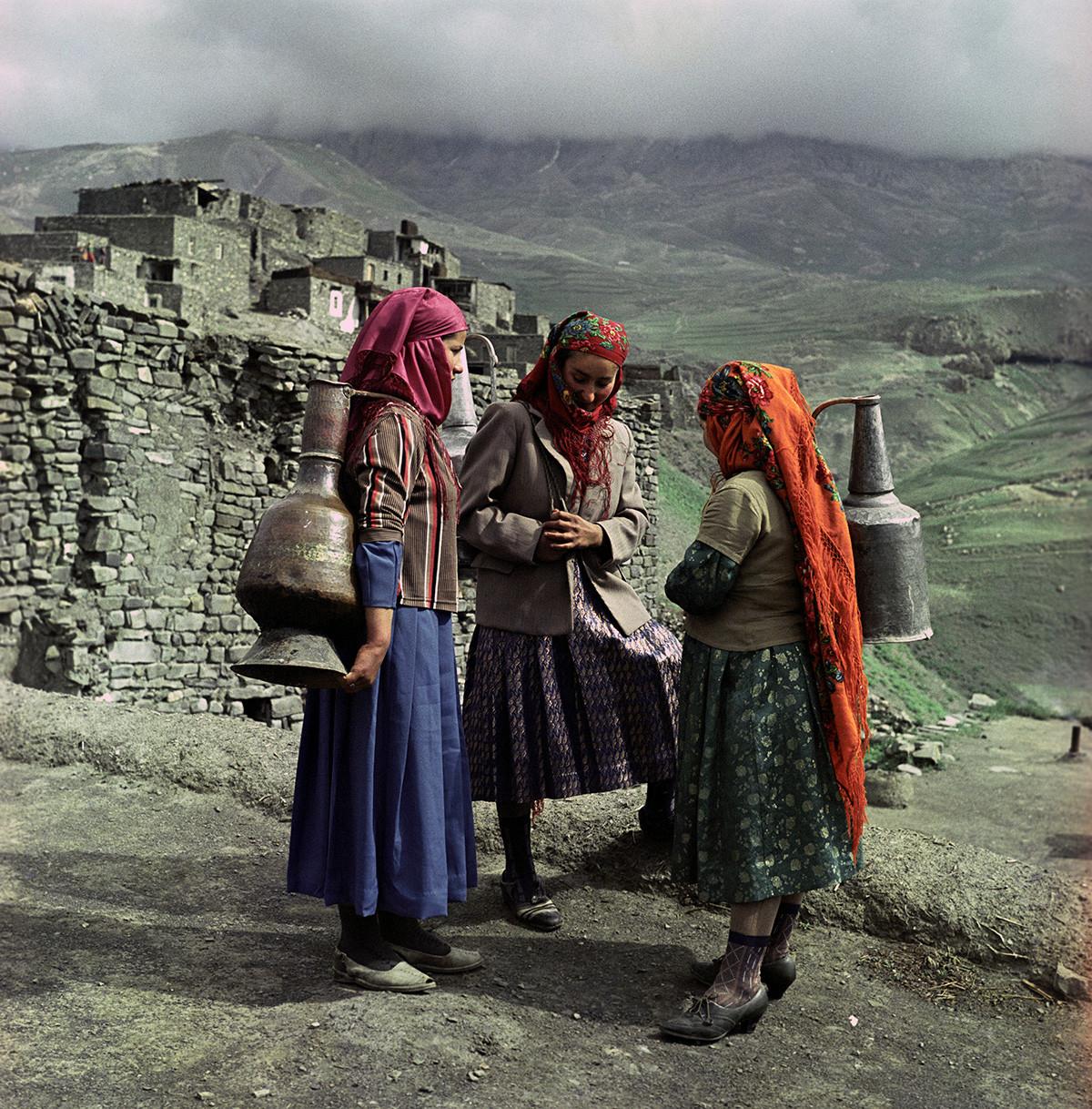 Mulheres azeris em uma vila na montanha