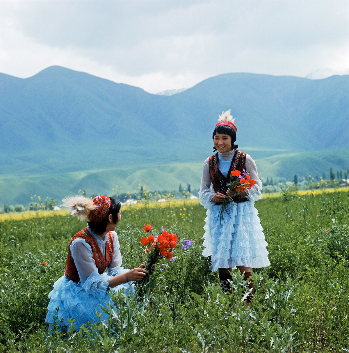 Jovens quirguizes em vestidos tradicionais