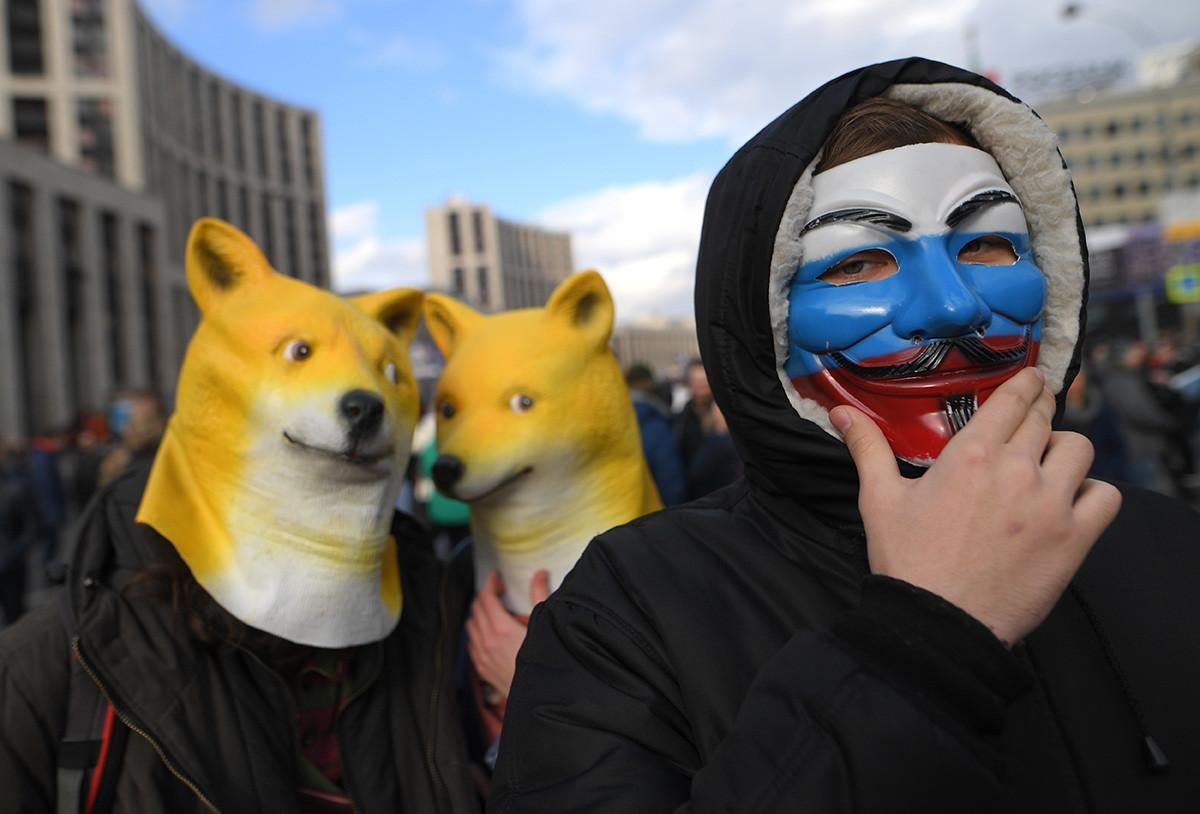 Udeleženci shoda proti državni regulaciji interneta. Državna duma je 12. februarja po prvem branju sprejela novelo zakona o paketu organizacijskih, administrativnih in tehničnih mer za zaščito in odpornost spletne mreže v Rusiji.
