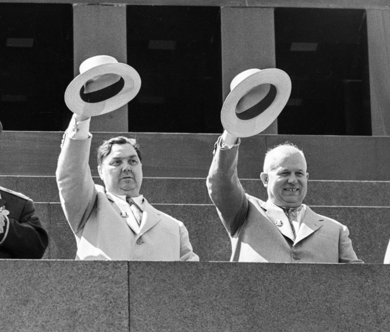 メーデー記念パレードでレーニン廟の上に観衆を歓迎するゲオルギー・マレンコフとニキータ・フルシチョフ