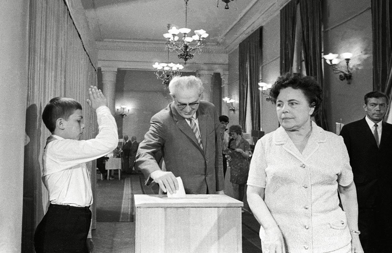選挙で投票するアンドロポフ
