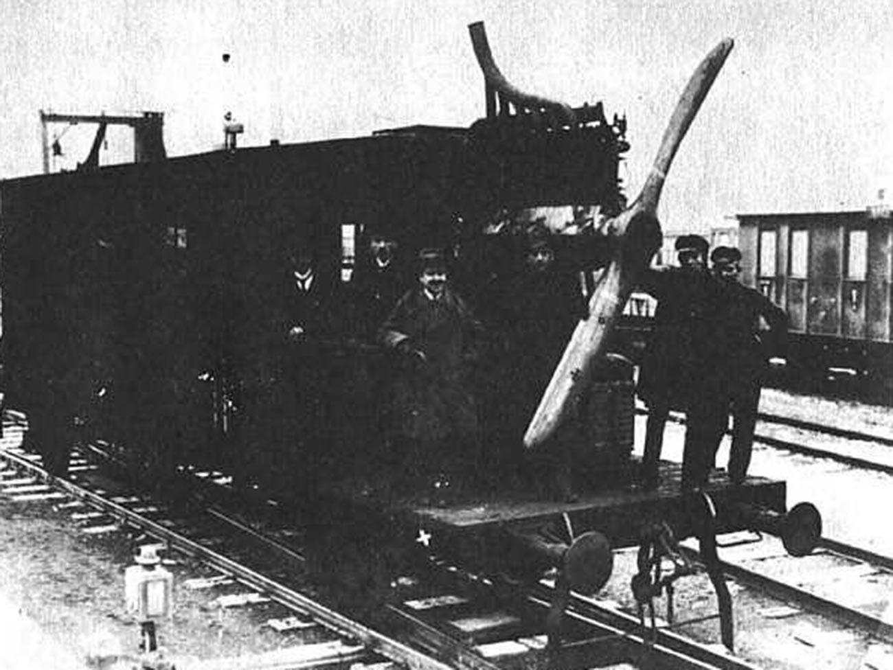 L'aérowagon Dringos en cours de test. À gauche devant, l'auteur du projet - Otto Steinitz