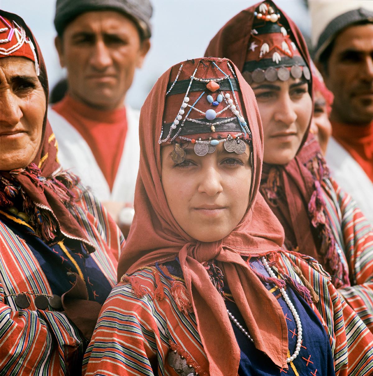 Armenische SSR. Frauen in armenischer Nationaltracht beim Erntedankfest.