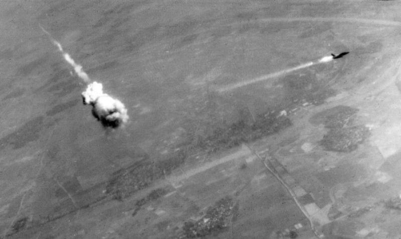 F-105D Thunderchief da Força Aérea dos EUA, deixando um rastro de fogo e fumaça logo após ser interceptado por um míssil S-75 em 14 de fevereiro de 1968