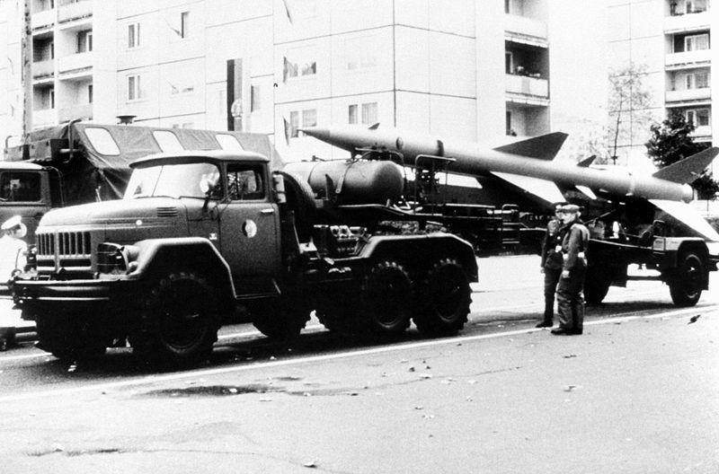 Vista da lateral esquerda de um míssil superfície-ar (SAM) SA-2 Guideline montado em um caminhão de transporte Zil-131 do Exército da Alemanha Oriental