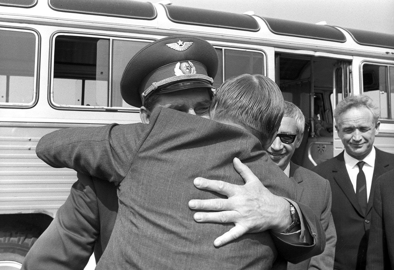 Il pilota-cosmonauta sovietico Georgij Beregovoj saluta l'astronauta americano Neil Armstrong all'aeroporto di Sheremetyevo di Mosca