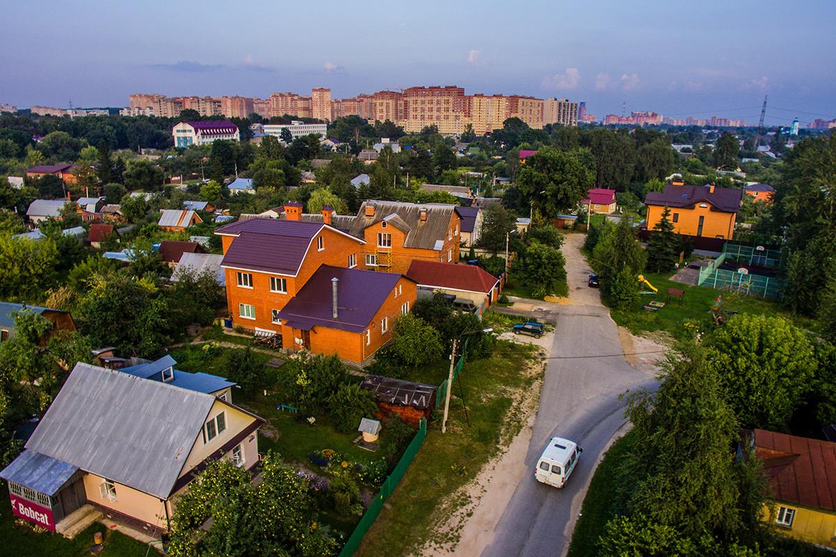 Bangunan apartemen dan petak taman di kota Shchelkovo, Moskovskaya Oblast.
