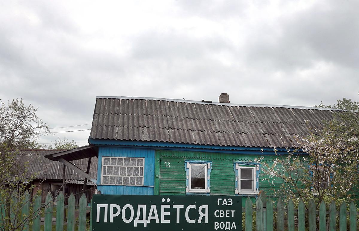 Rumah pribadi dengan papan tanda dijual di salah satu desa di Tulskaya Oblast.