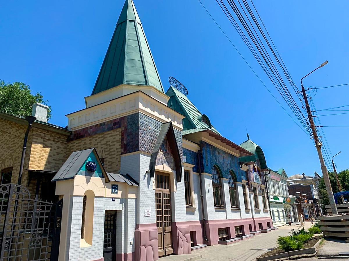 Il palazzo Sharonov, costruito in stile Art Nouveau, è una piccola copia della stazione ferroviaria Jaroslavskij di Mosca