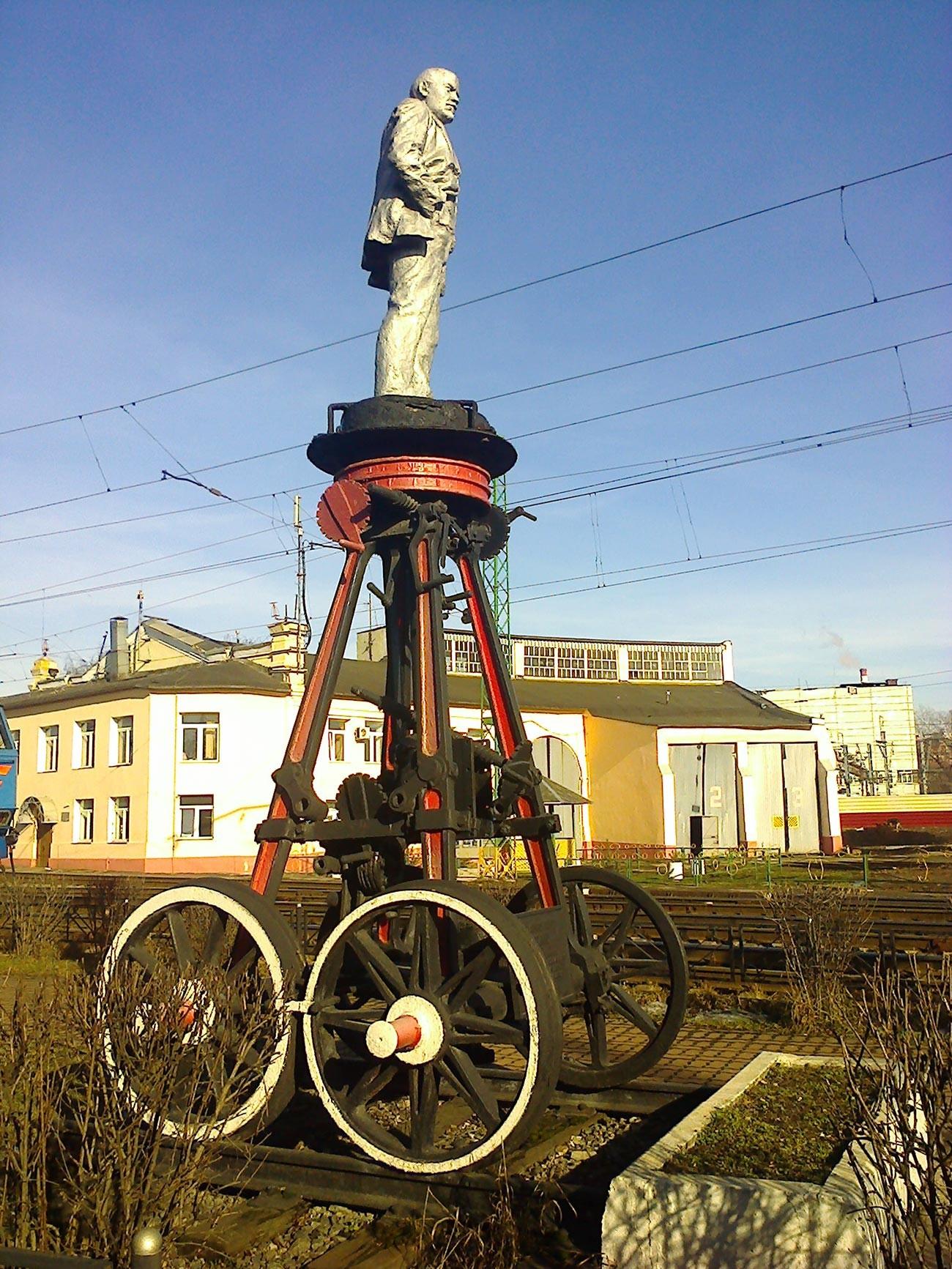 Lenin-Denkmal neben dem Depot der Oktobereisenbahn.