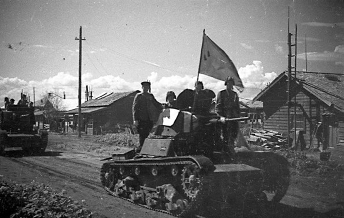 Kolona tankov T-26 vstopa v naselje na Južnem Sahalinu, avgust 1945