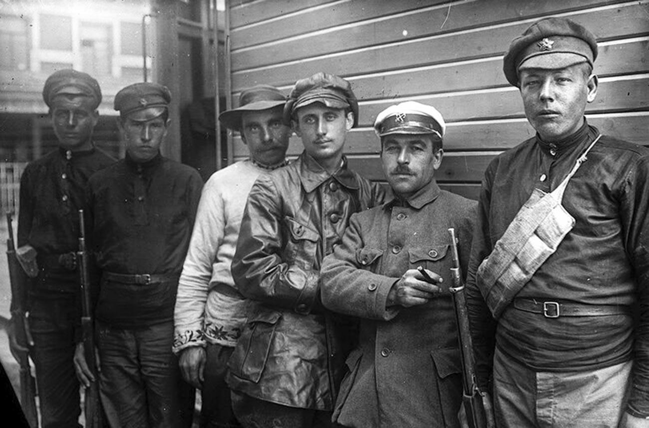 アエロワゴンのそばに立っているヴァレリアン・アバコフスキーと同志たち