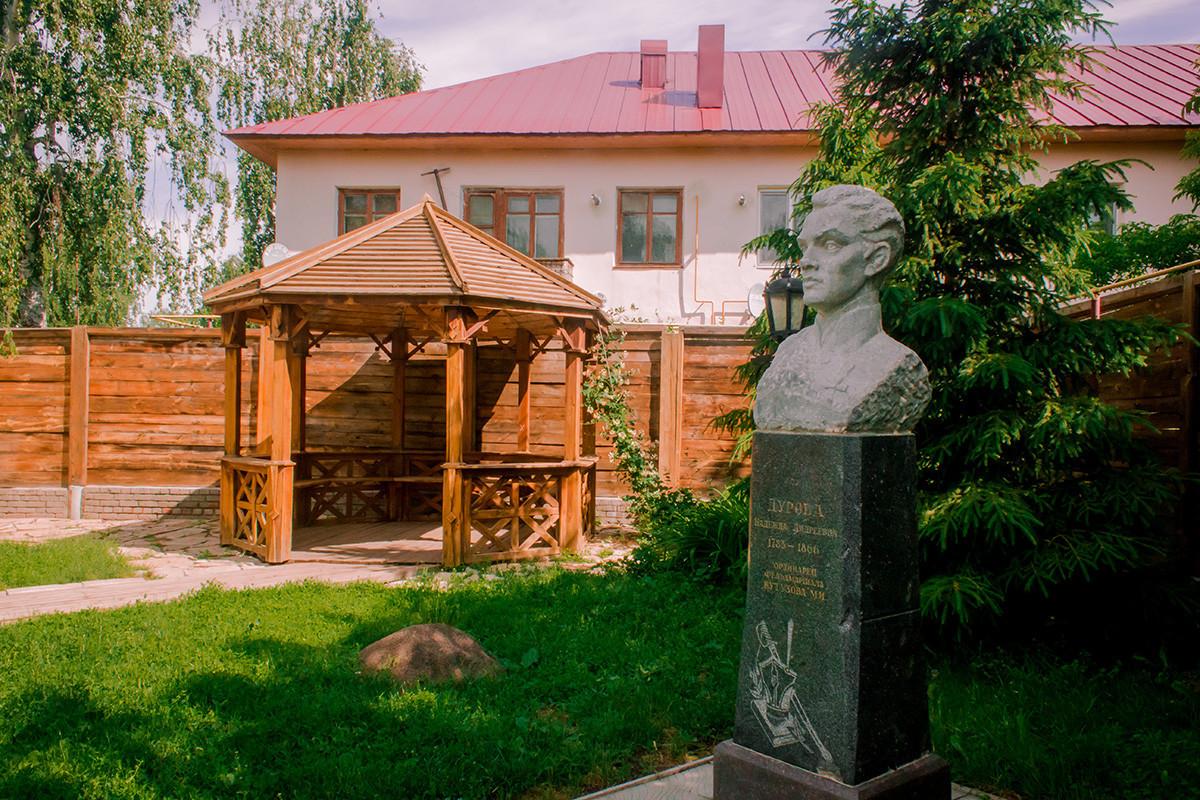 Sebuah monumen untuk mengenang Nadezhda Durova di tanah miliknya di Yelabuga, Tatatstan, tempat dia menghabiskan tahun-tahun terakhir hidupnya