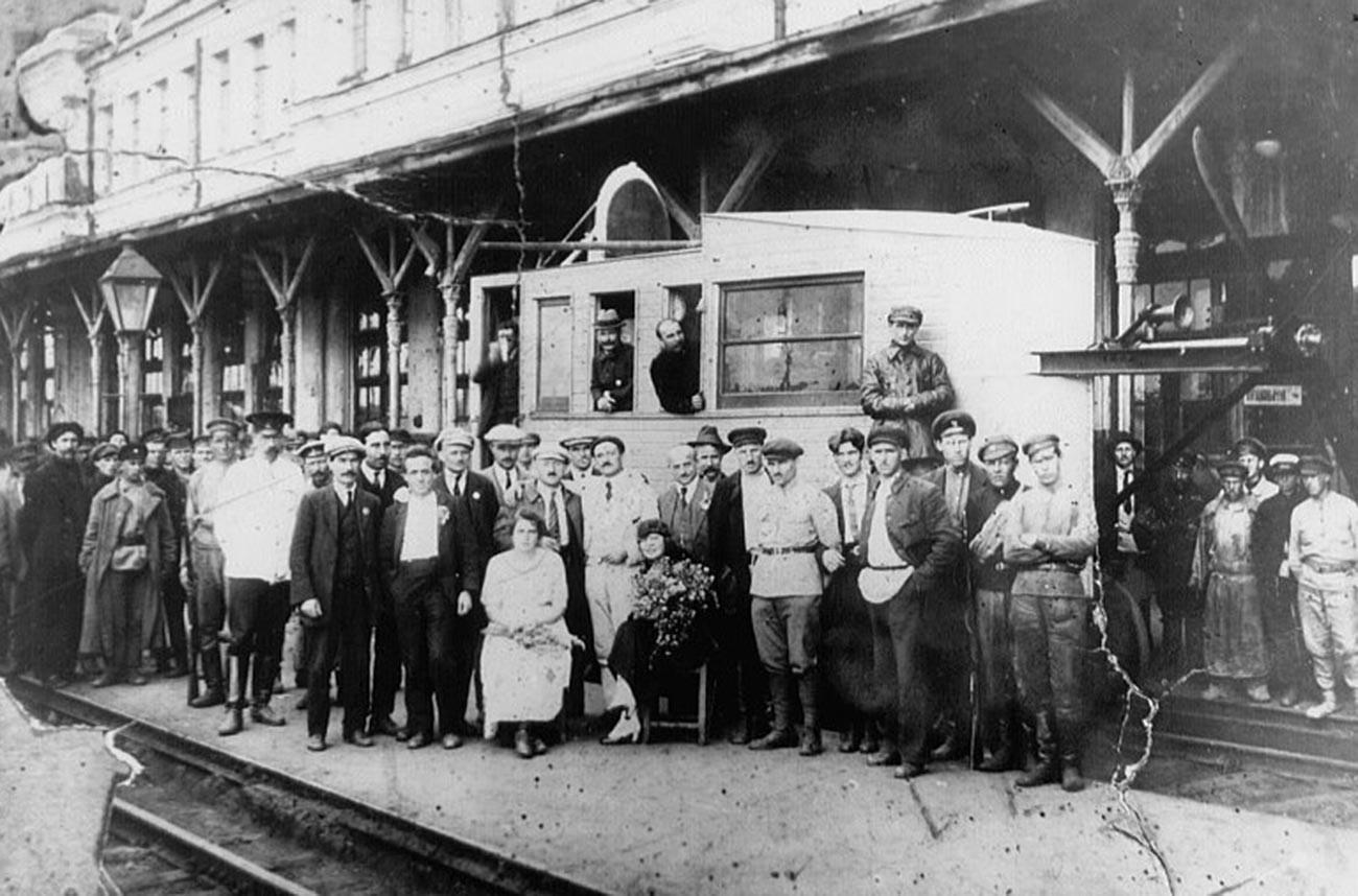 Skupina delegatov Kominterne in njihovih spremljevalcev na aerovagonu na peronu železniške postaje v mestu Tula.