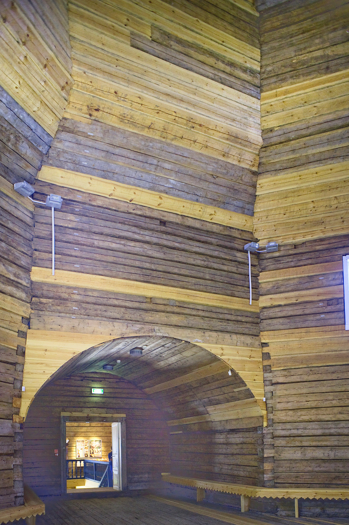 Église du prophète Élie. Intérieur, mur ouest, vue vers le vestibule. Rondins de bois originaux (les plus sombres) insérés dans le processus de restauration