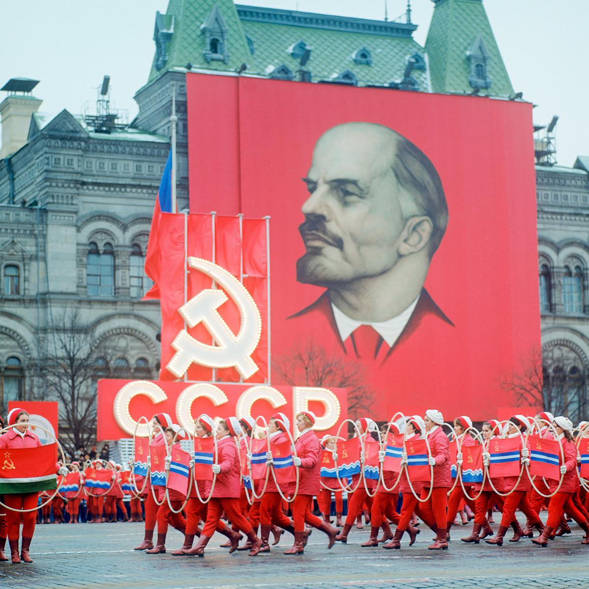 Честване на 55 -годишнината от Великата октомврийска социалистическа революция. Физкултурен парад.