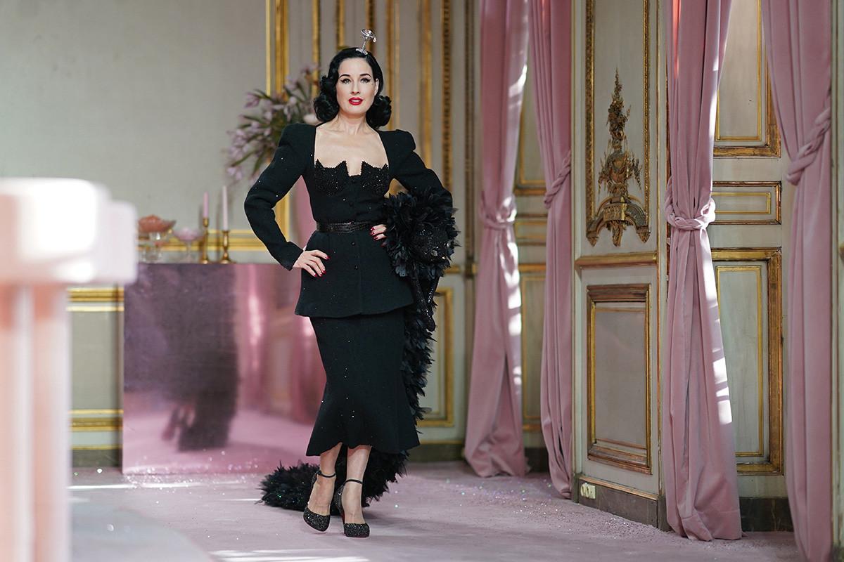La modella e showgirl statunitense Dita Von Teese alla sfilata di Uljana Sergeenko Haute Couture Primavera/Estate 2020, nell'ambito della Settimana della Moda di Parigi, 20 gennaio 2020, Parigi, Francia