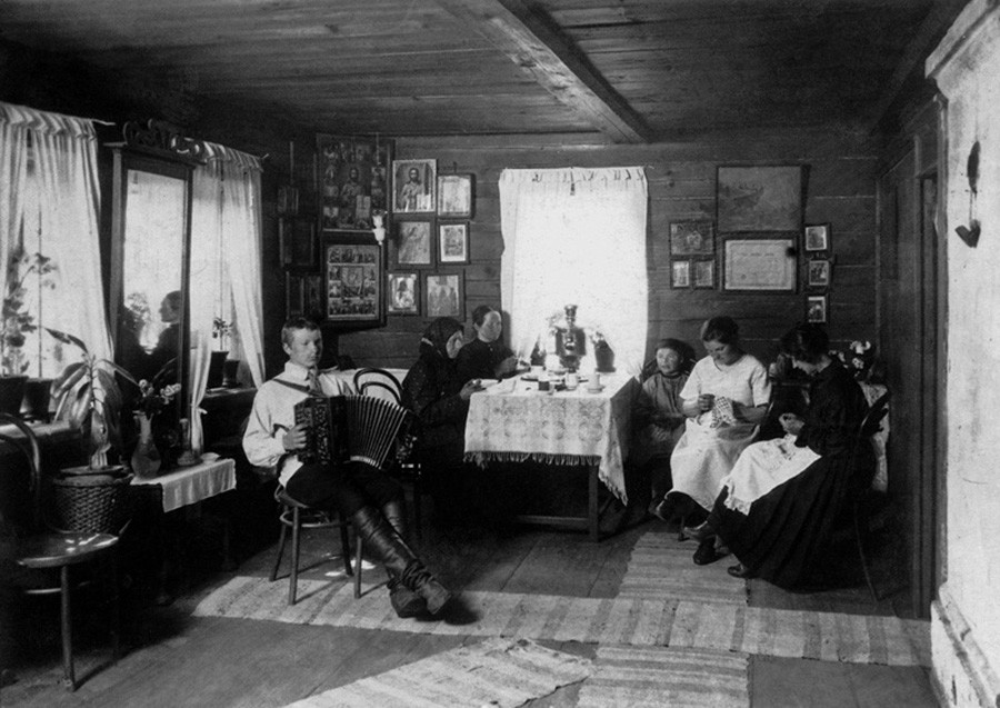 Di dalam rumah izba Rusia, 1925.