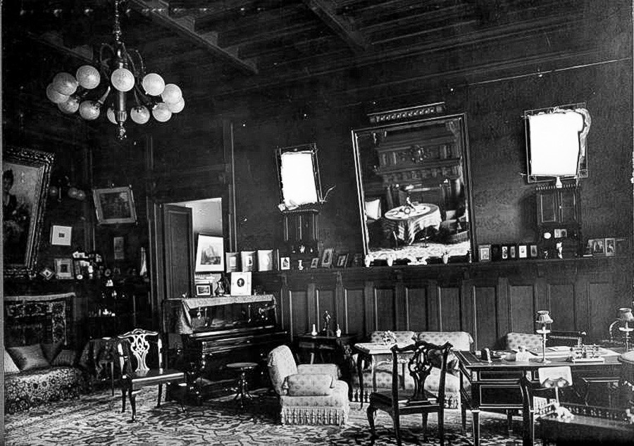 Di ruang makan, 1910-an.