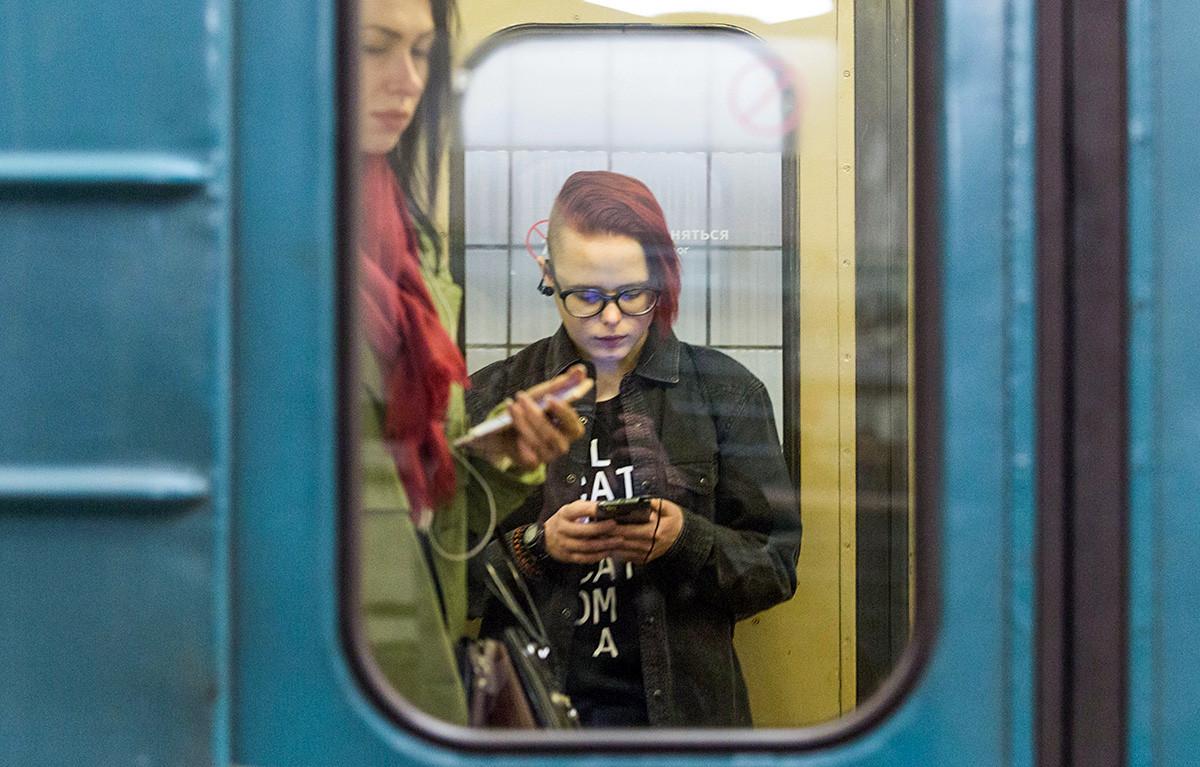Passeggeri della metro di Mosca utilizzando il collegamento wi-fi messo a disposizione nei vagoni
