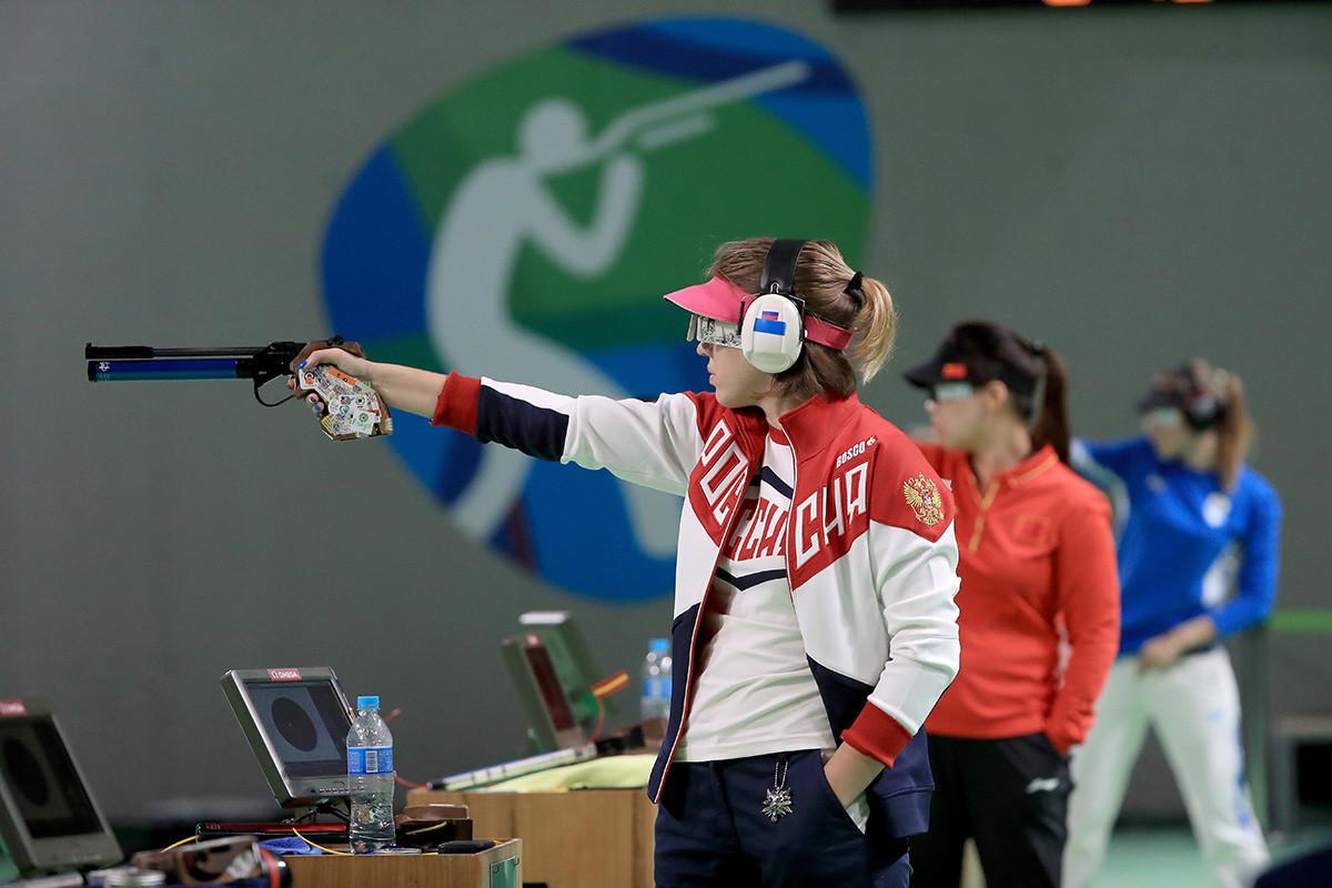 Vitalina Batsarashkina, da Rússia, competindo na prova de tiro esportivo feminino, categoria pistola de ar de 10 metros, nos Jogos Olímpicos do Rio, em 2016