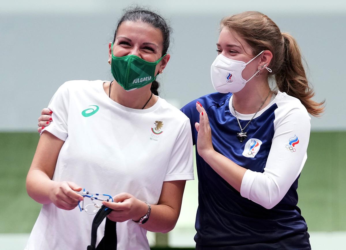 Antoaneta Kostadinova (esq.). da Hungria, com Vitalina Batsarashkina, do Comitê Olímpico Russo (ROC), após a final do tiro esportivo feminino, categoria pistola de ar de 10 metros, na Olimpíada de Tóquio, em 25 de julho de 2021